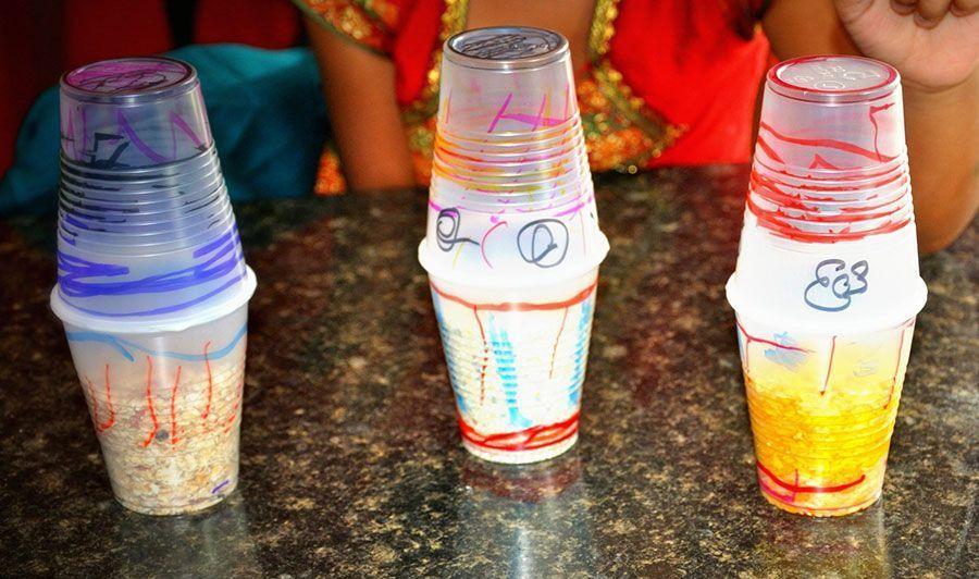 Maracas con vasos de plástico reciclados