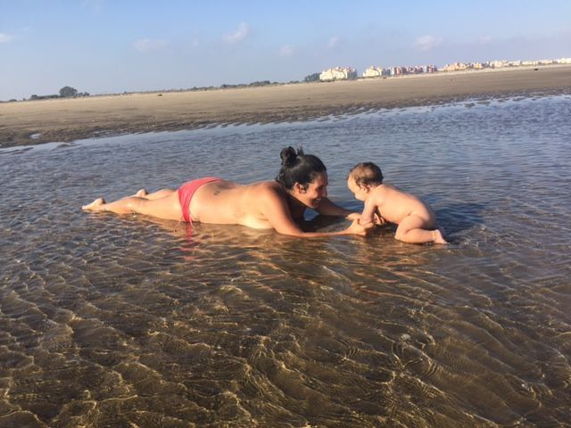 Cristina Saraldi y su hijo en la playa